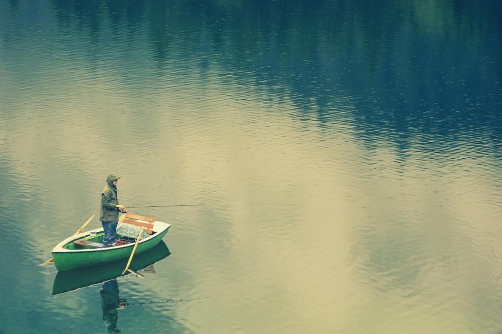 Angelboot am Ufer angeln