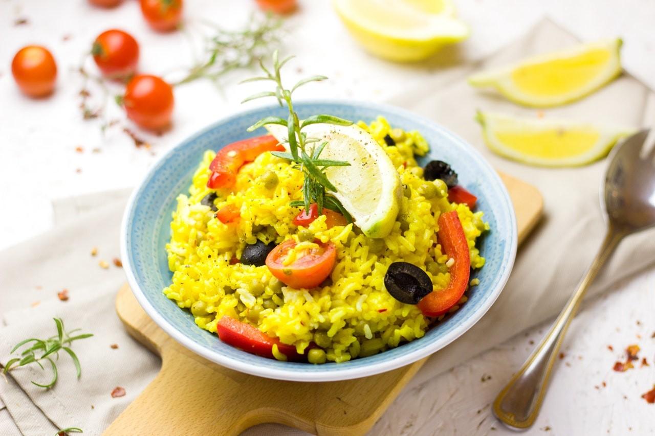Reis aus Reiskocher in Schüssel