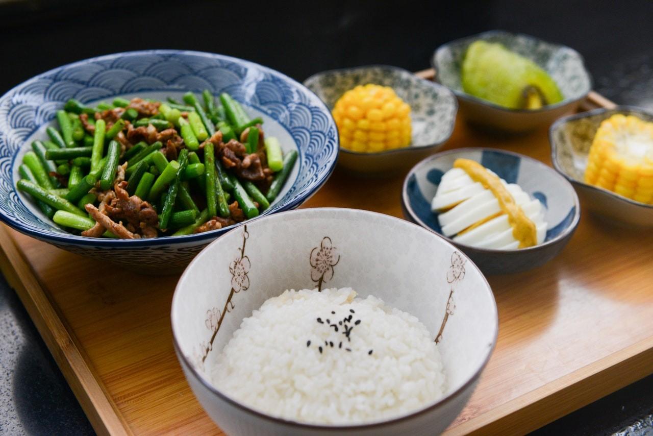 Reis mit unterschiedlichen Zutaten Reiskocher