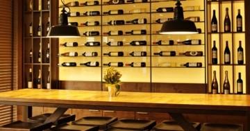 Großes Weinregal einer Bar