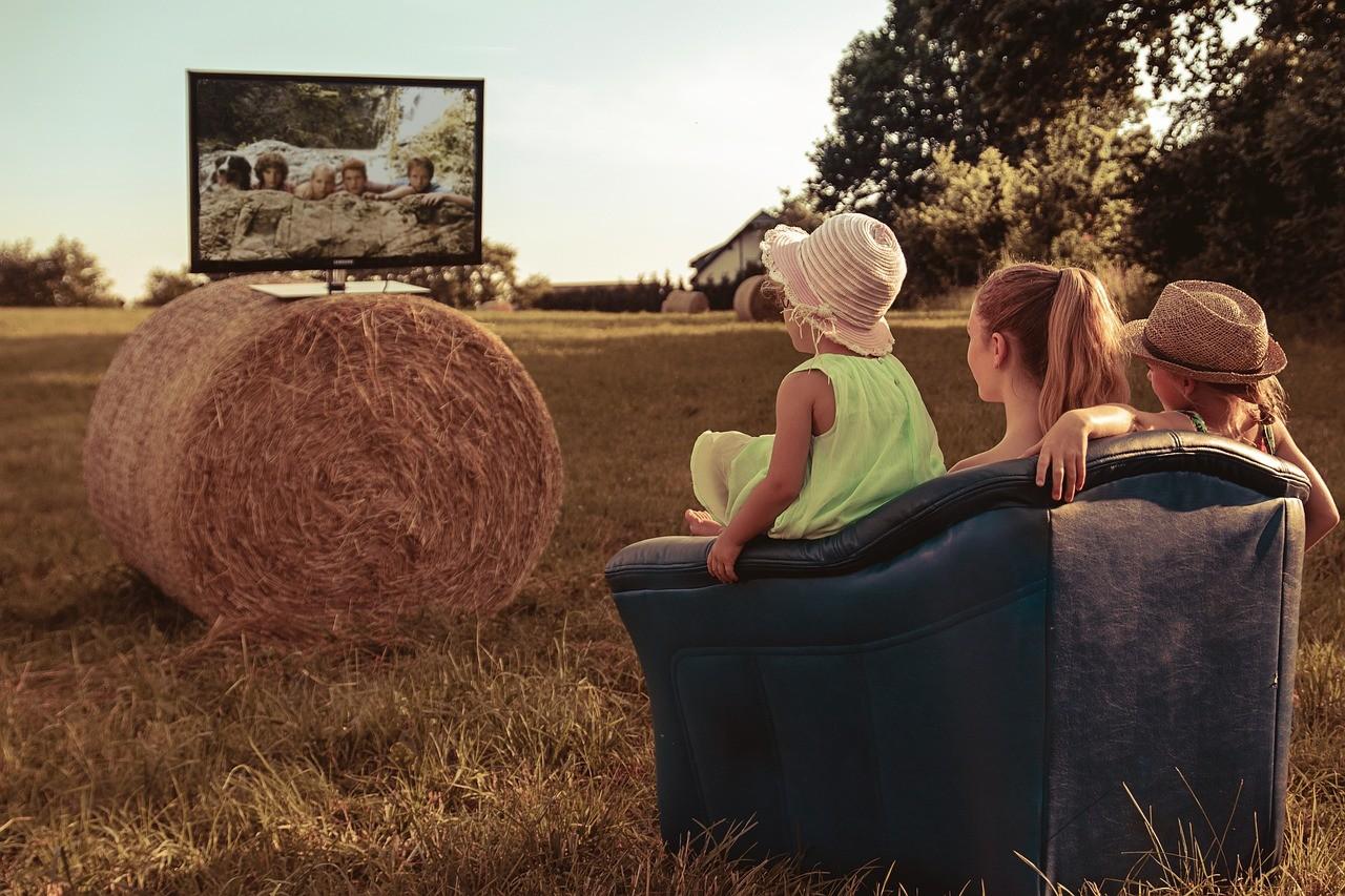 mobile Sat-Anlage mit der Familie Fernschauen