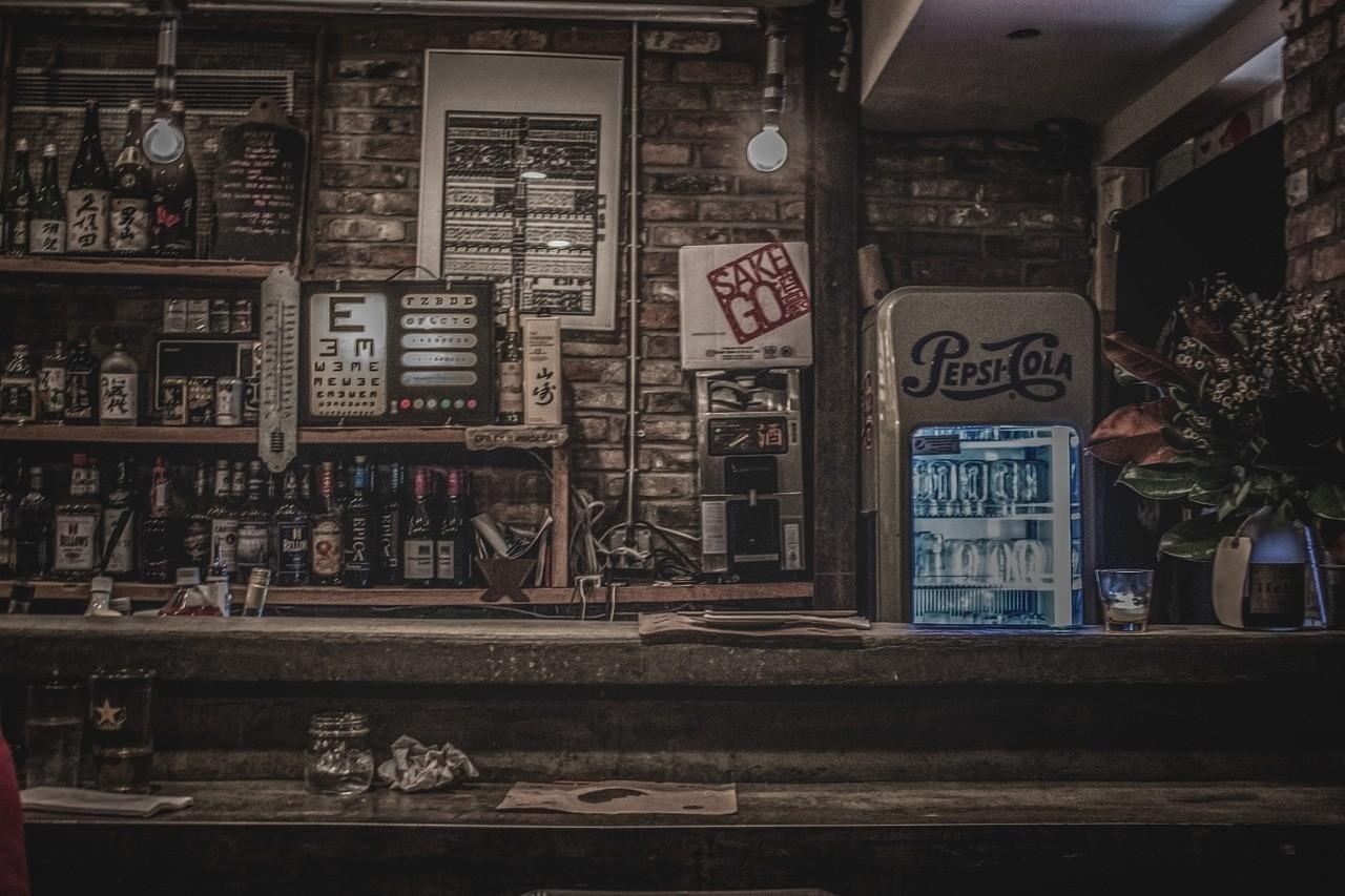 Rustikaler freistehender Kühlschrank in einer Bar