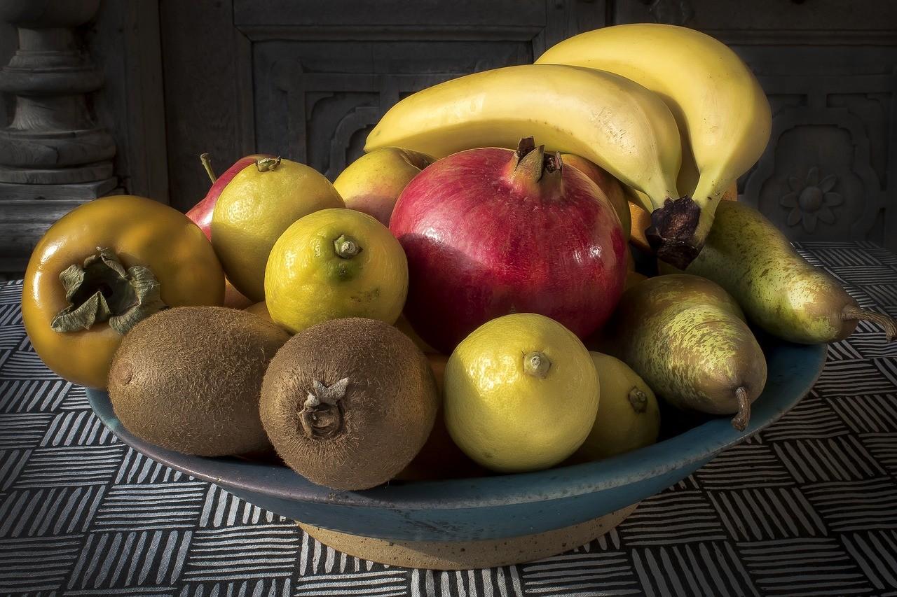 Eine eher schlichte Obstschale gefüllt mit leckerem Obst