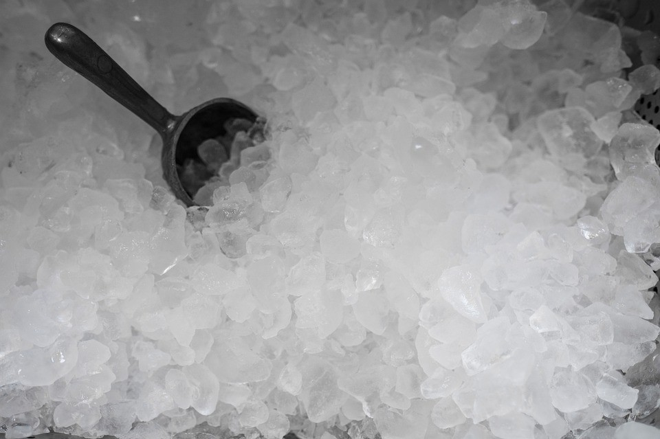 Crushed-Ice mit Schaufel
