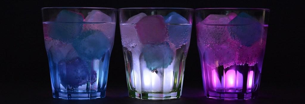 Eiswürfel aus Eiswürfelmaschinen in Gläsern
