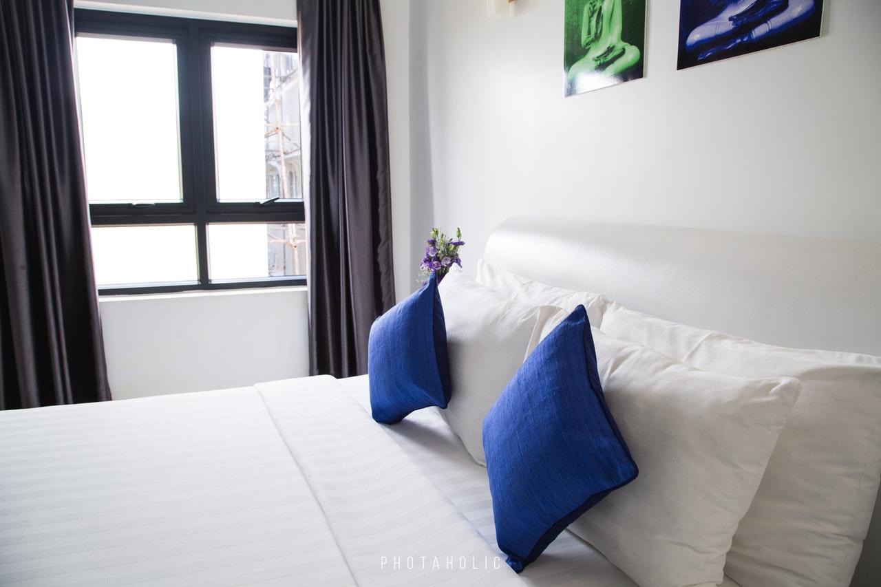 Ein Handdampfreiniger bekämpft auch Milben in Betten.