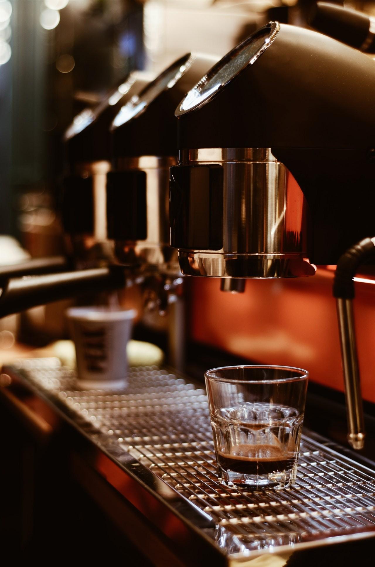 Profi Espressomaschinen können oft mehrere Espressos gleichzeitig zubereiten.