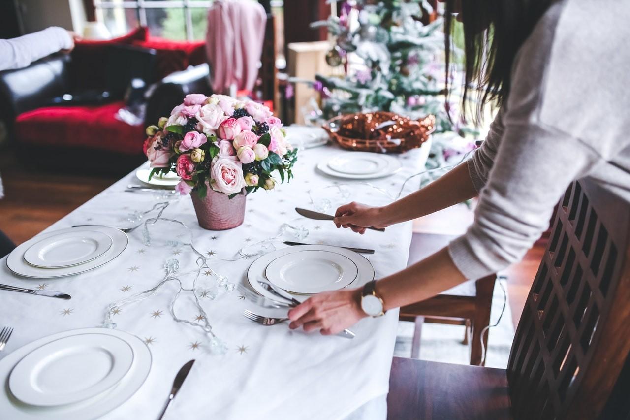Einen ausziehbaren Esstisch kann man so weit ausziehen, dass er sich optimal für Feiern eignet.