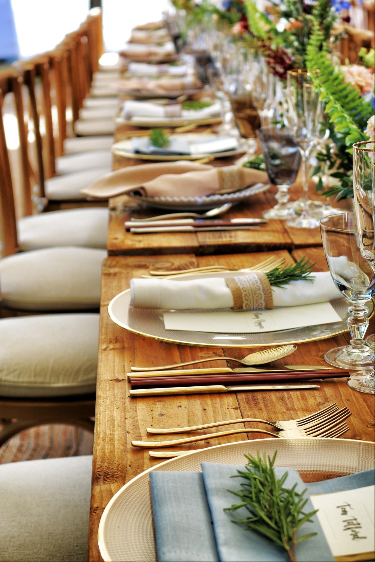 Ein schöner Holz Esstisch sorgt für mehr Wohlbefinden.
