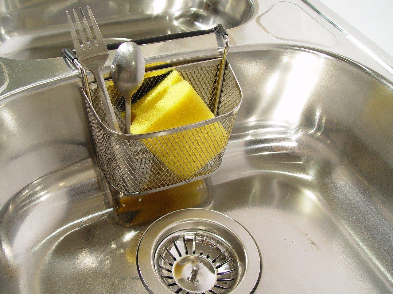 Es gibt haufenweise praktische Gadgets für Küchenspülen.