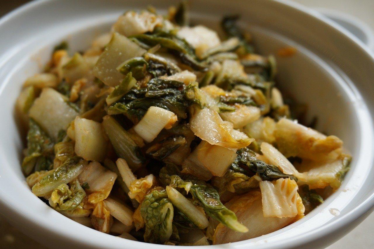 In einem Gärtopf wird Gemüse perfekt fermentiert.