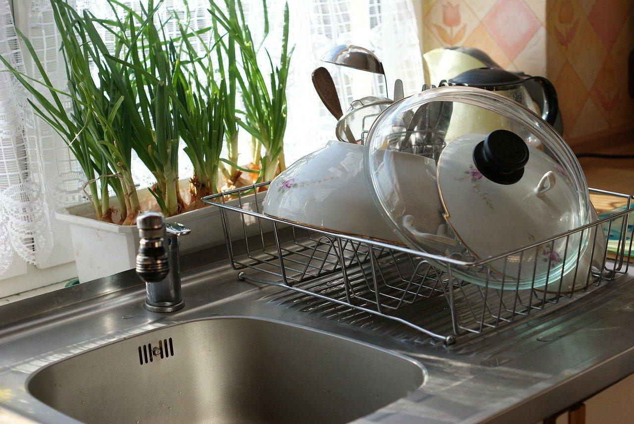 Zu jeder guten Küchenspüle gehört eine Abtropffläche für Geschirr.