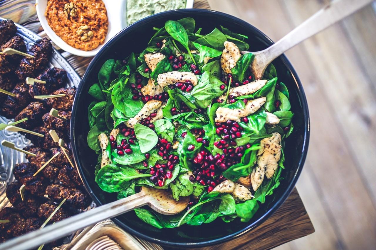 Mit einem schicken Salatbesteck schmeckt der Salat gleich doppelt so gut.