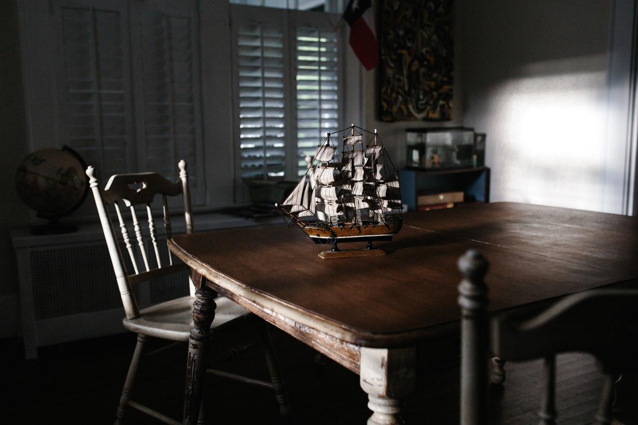 Schöner alter Holz-Esstisch