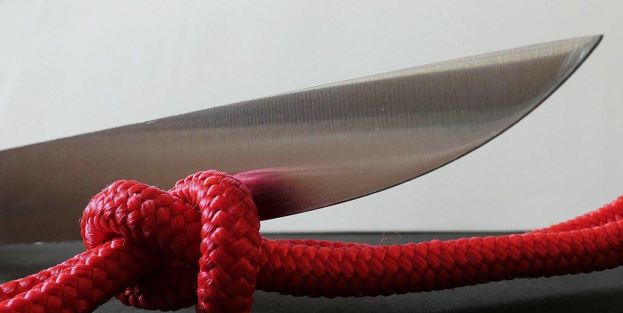 Scharfes Messer dank eines Keramik Wetzstahls
