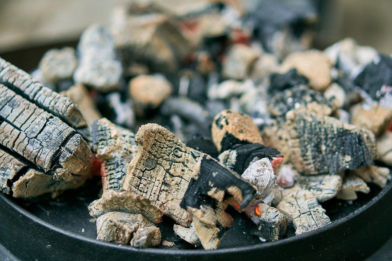 Die Kohle auf dem Dutch Oven sorgt dafür, dass die Speisen auch von oben erhitzt werden.