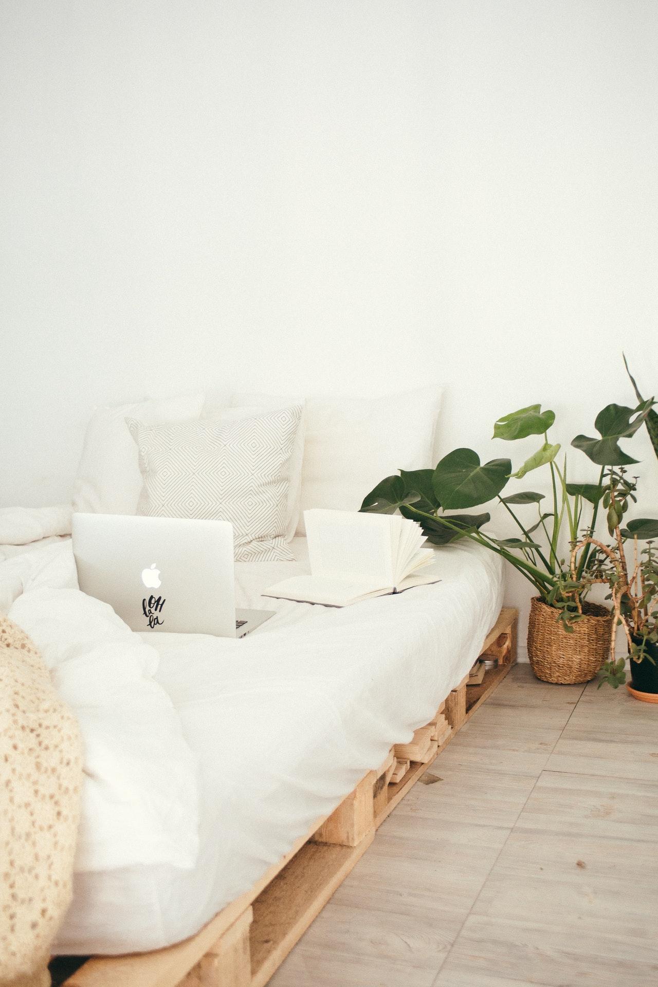 Futonbetten kann man auch selbst bauen. Zum Beispiel mit alten Paletten.