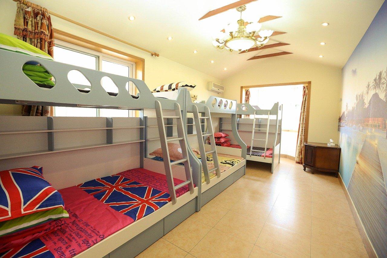 Hochbetten gibt es in den unterschiedlichsten Baustilen. Ob als Piratenschiff, Baumhaus oder Feuerwehr, da ist für jedes Kind etwas dabei.