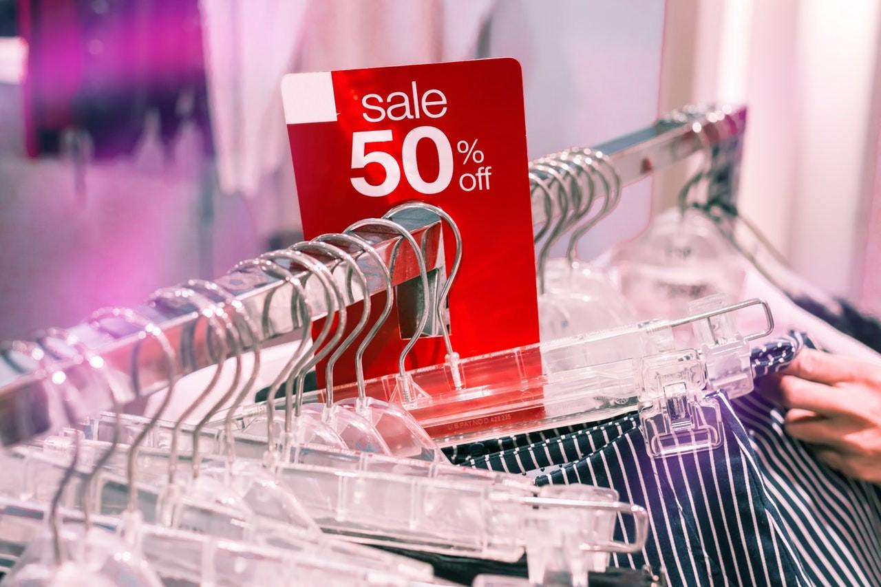 Kleiderständer kommen haufenweise in Geschäften zum Einsatz.