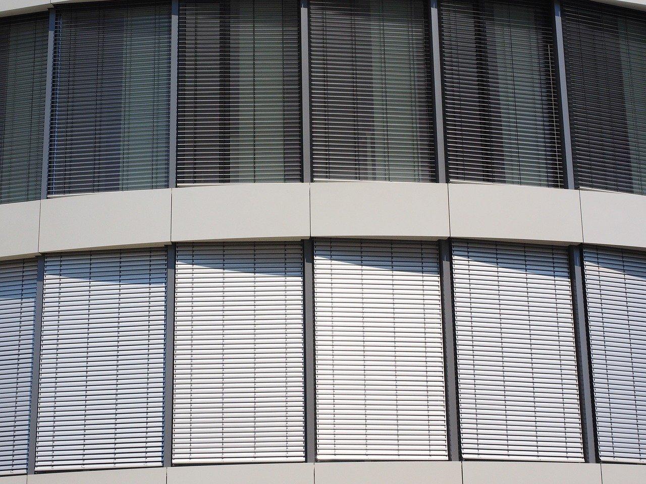 Besonders bei großen Gebäuden mit vielen Rolläden, machen Rollandenmotoren sinn.