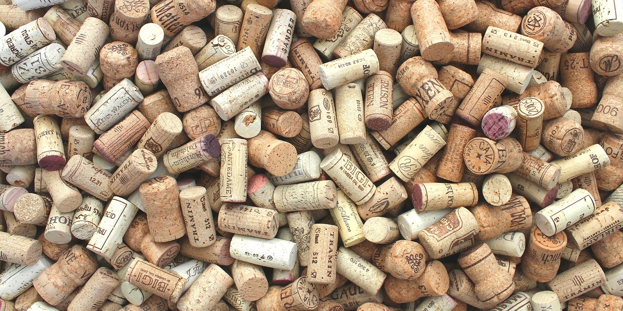 Das öffnen von Weinflaschen mit einem elektrischer Korkenzieher ist schnell und einfach.