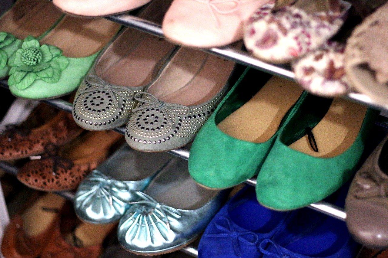 Ein Schuhregal bietet Platz für Schuhe aller Art.