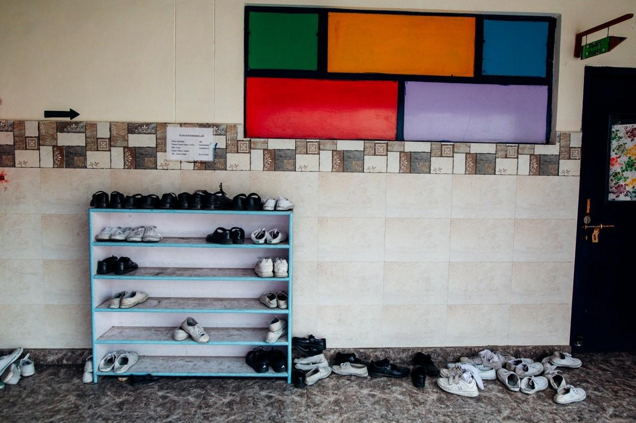 Wenn ein Schuhregal richtig genutzt wird, sorgt es für deutlich mehr Ordnung.