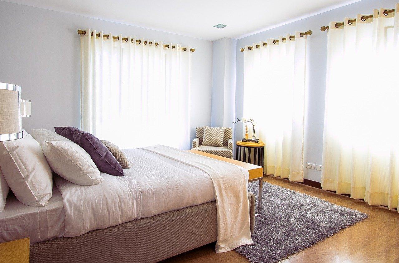 Mit einem Polsterbett fühlt sich das Schlafzimmer direkt viel Wohnlicher an.