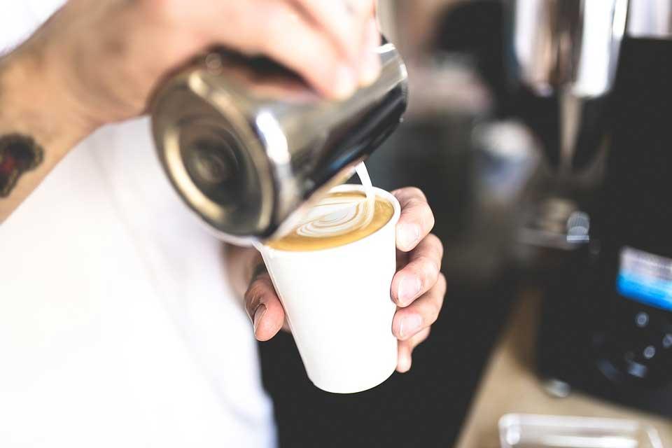 Cappuccino Maschine - Milch eingießen