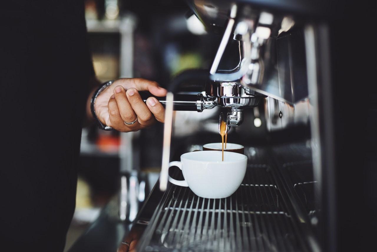 Eine Kaffeepadmaschine ist einfach zu bedienen.