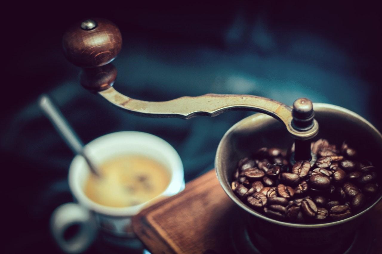 Es ist besonders wichtig, dass die Kaffeebohnen fein gemahlen werden. Dabei ist es egal ob mit meiner Kaffeemühle oder mit einem modernen Kaffeevollautomat.