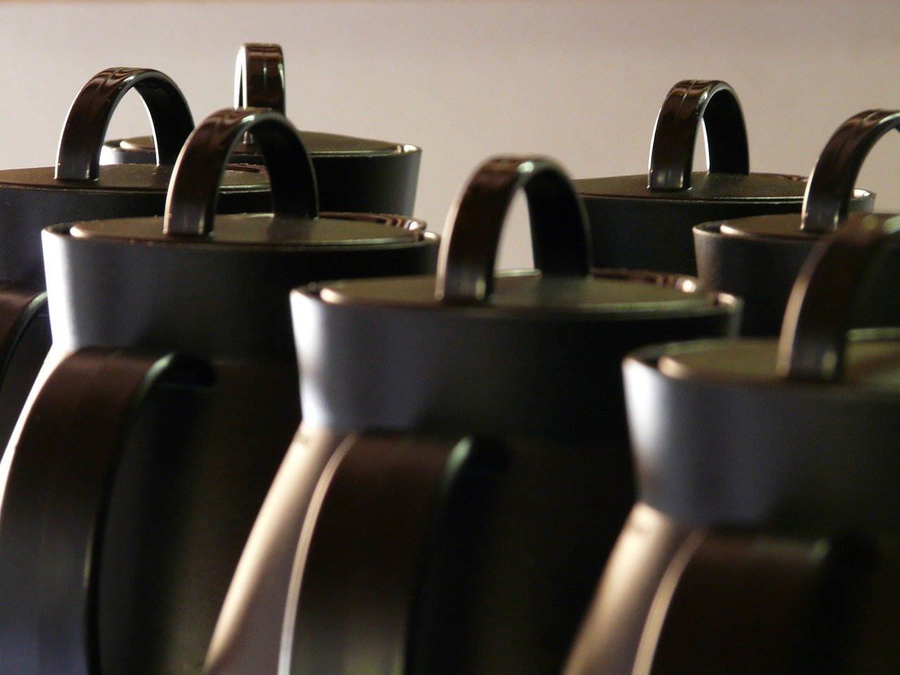 Kaffeekannen gibt es in den unterschiedlichsten Formen, Farben und Arten.