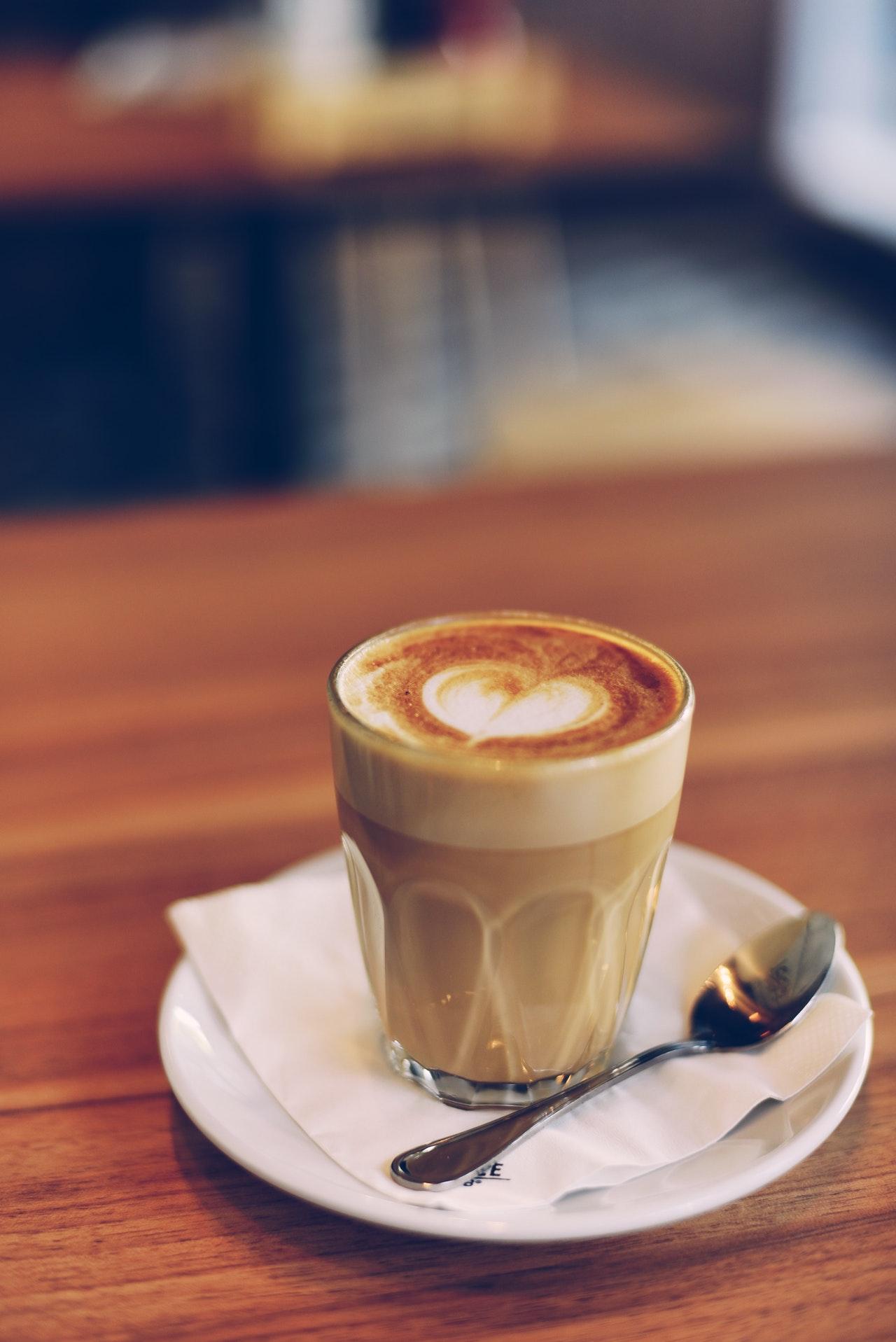 Der Kaffee aus einer Kaffeepodmaschine, schmeckt sehr ähnlich wie der aus Pulver oder frischen Bohnen.