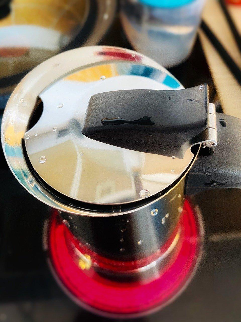 Solche kleinen Kaffeekannen aus Alu, können auch auf den Herd gestellt werden.