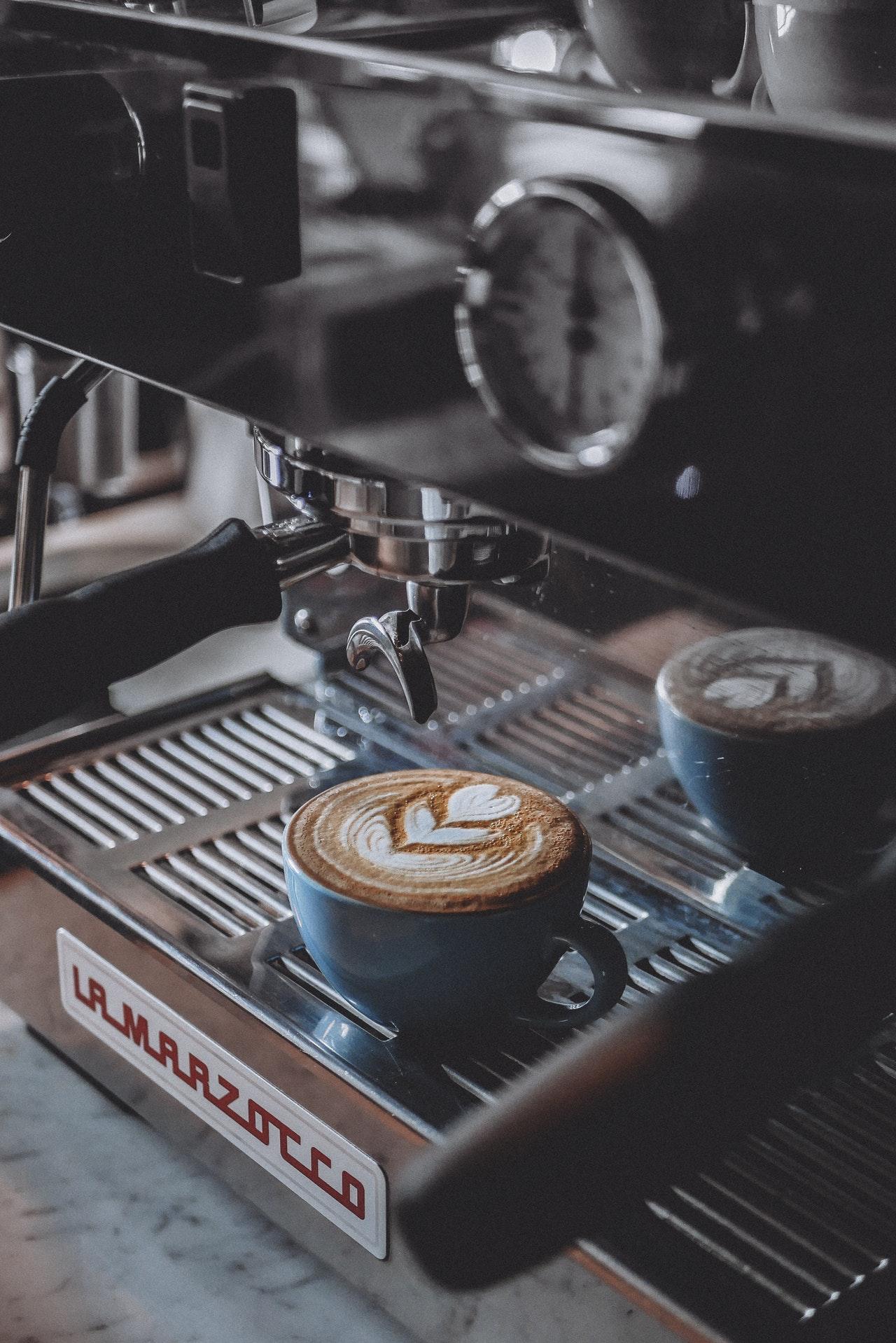 Eine solche professionelle Kaffeemaschine muss nicht unbedingt sein. So viel Geld muss nicht ausgegeben werden, um guten Kaffee zuzubereiten.