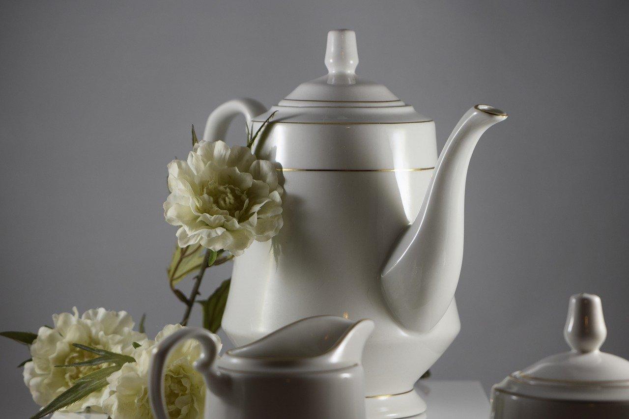 Eine solche Retro Kaffeekanne aus Porzellan, hat zwar einen gewissen Charme, isoliert jedoch deutlich schlechter als modernere Modelle.