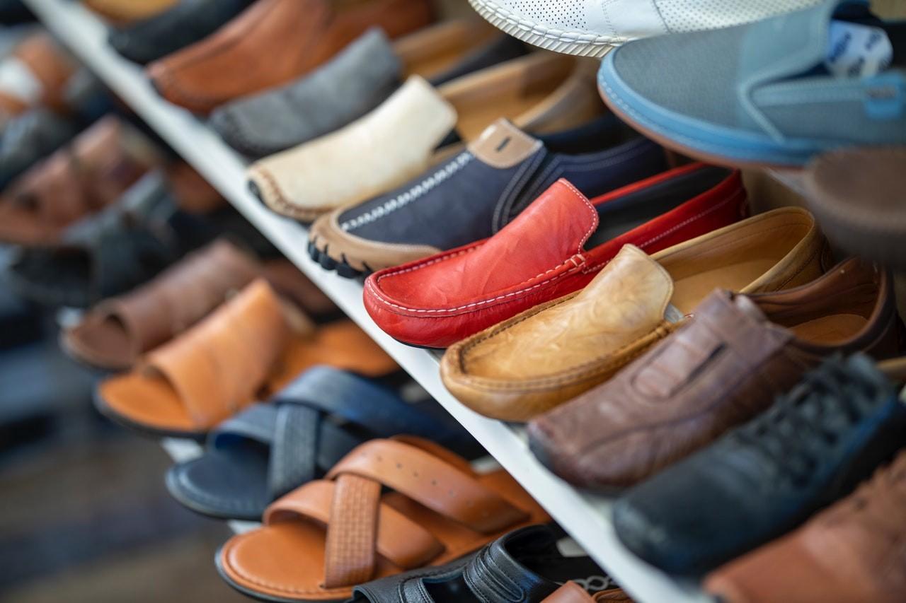 Im Gegensatz zu einem Schuhregal, verstaut ein Schuhschrank der die Schuhe so, dass sie nicht direkt sichtbar sind. Achte dabei jedoch genau, dass der Schuhschrank ausreichend belüftet ist.