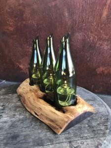 Toller Weinflaschenhalter aus Holz mit Platz für 3 Flaschen.