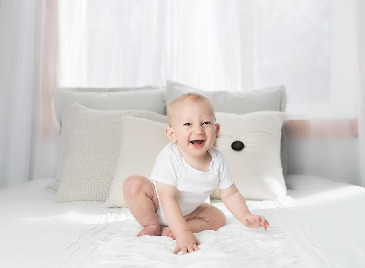 Babykopfkissen sind sehr bequem, weshalb Babys diese Kissen lieben.