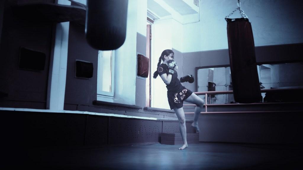 Boxsack: Eine Frau trainiert