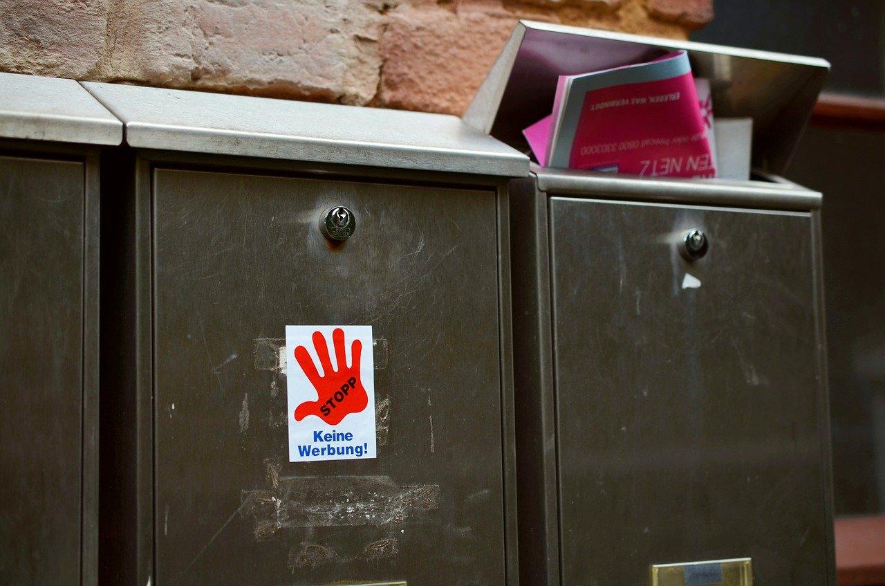 """Keine Lust auf haufenweise Werbung im Briefkasten? Da könnte solch ein Aufkleber mit der Aufschrift """"Keine Werbung"""" Abhilfe schaffen."""