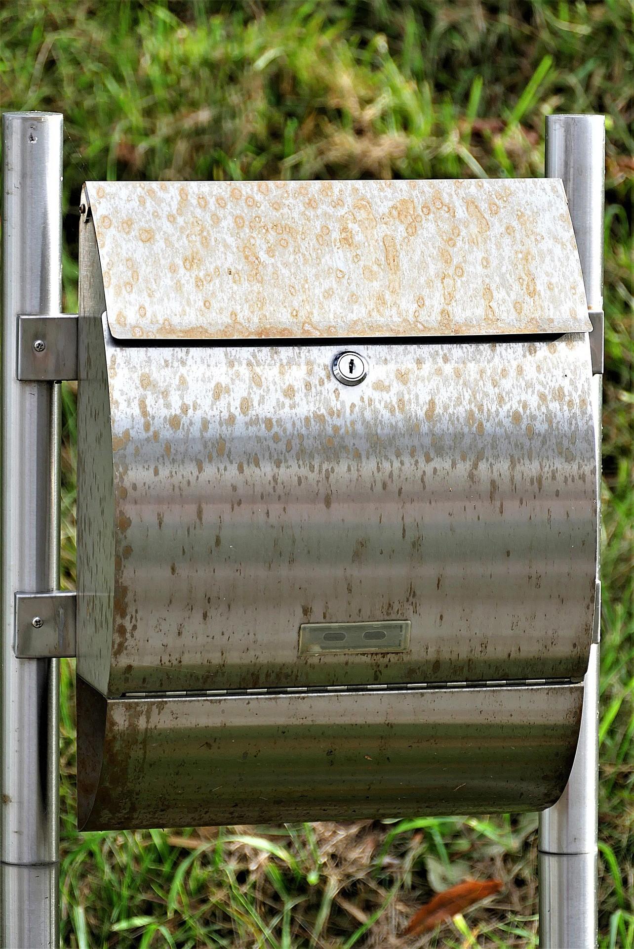 Edelstahl Briefkästen sind deutlich weniger anfällig für Korrosionsschäden, als günstigere Modelle aus Blech.