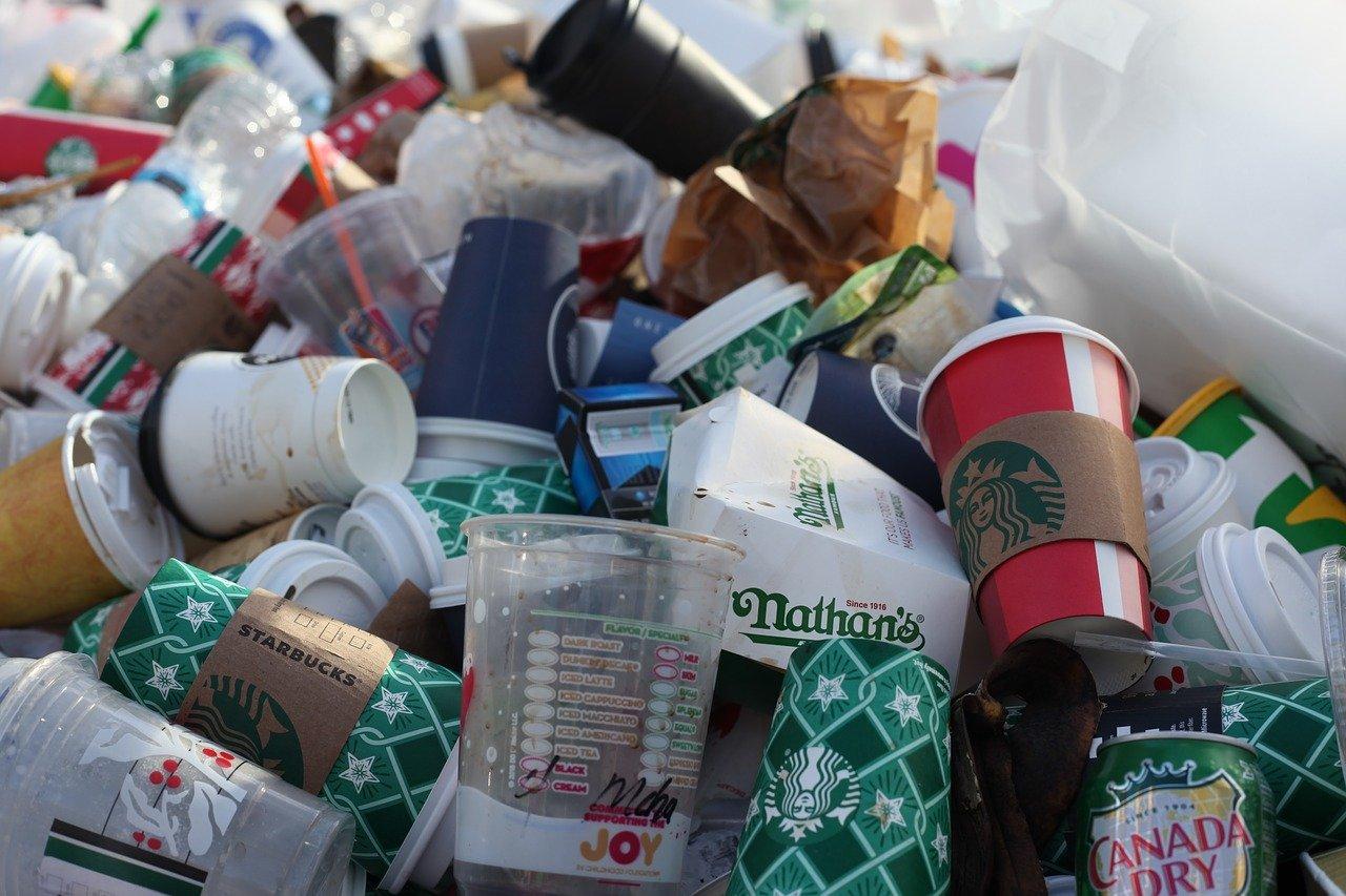 Einweg Kaffee to go Becher sorgen weltweit leider für riesige Müllberge.