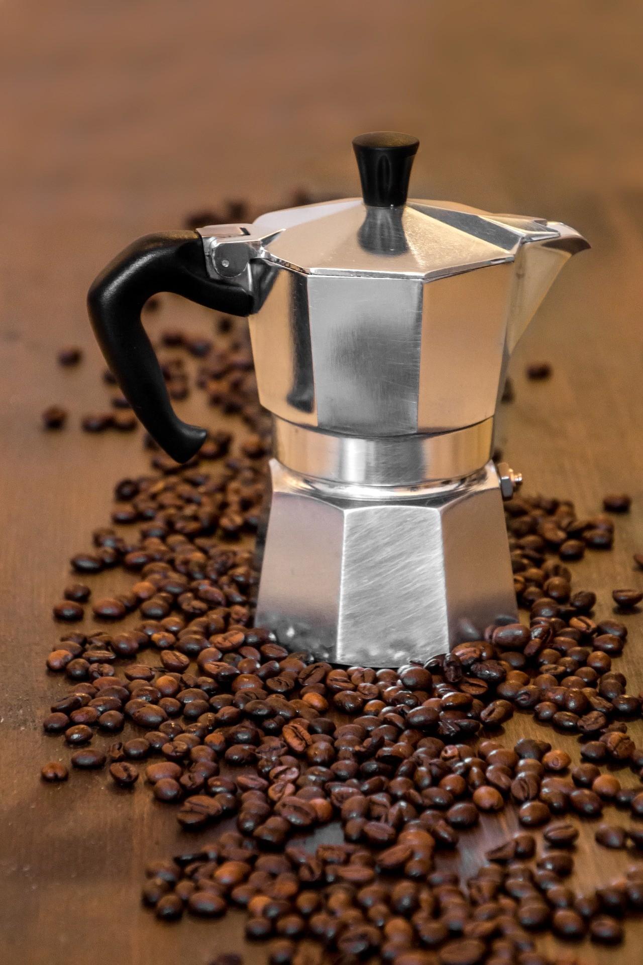 Ein hochwertiger Kaffeekocher besteht aus Edelstahl. Diese sind besonders robust und für alle möglichen Herde geeignet.