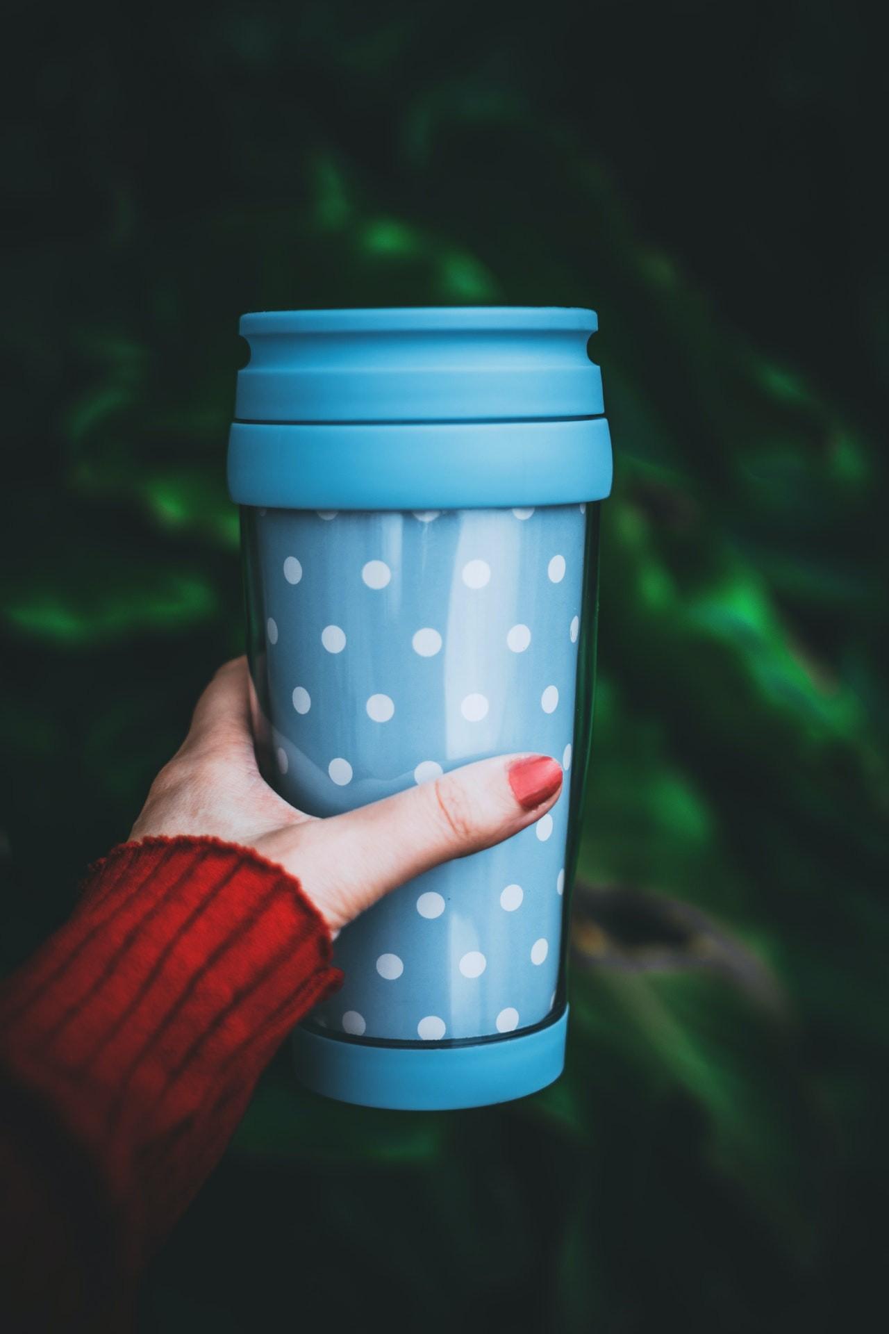 Kaffee to go Becher gibt es in vielen unterschiedlichen Farben und Formen. Außerdem gibt es Anbieter, bei denen man sich einen eigenen Becher gestalten kann.