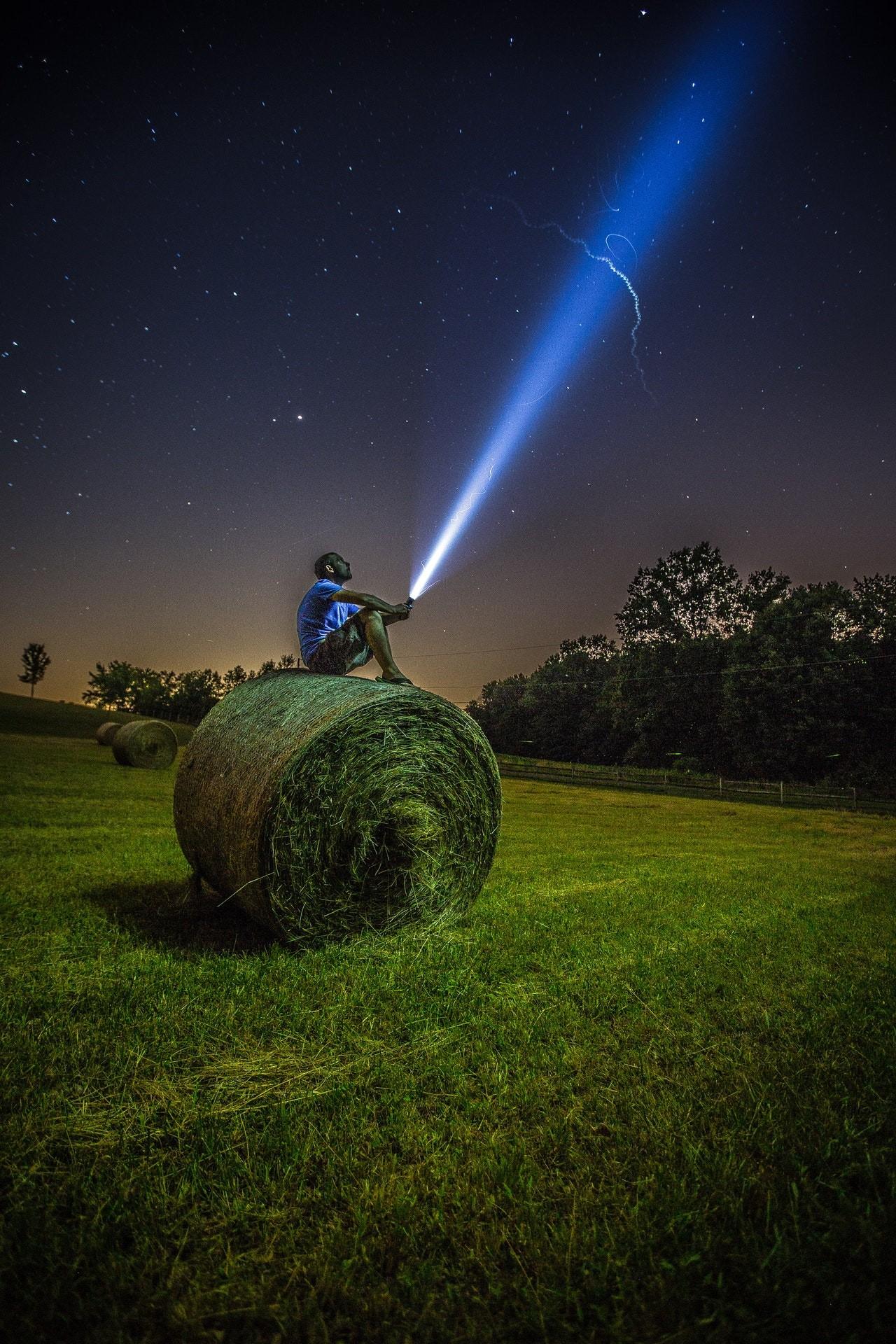 Je mehr Lumen (Einheit für Helligkeit) eine LED Taschenlampe aufweist, desto heller ist diese.