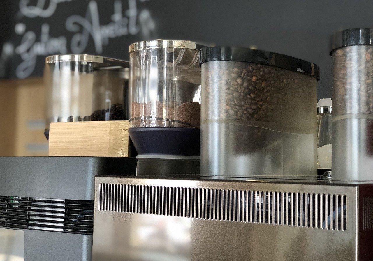 Auch ein selbstreinigender Miele Kaffeevollautomat sollte regelmäßig gereinigt werden. Rückstände lassen sich leider auch bei den Qualitätsprodukten von Miele nicht vermeiden.