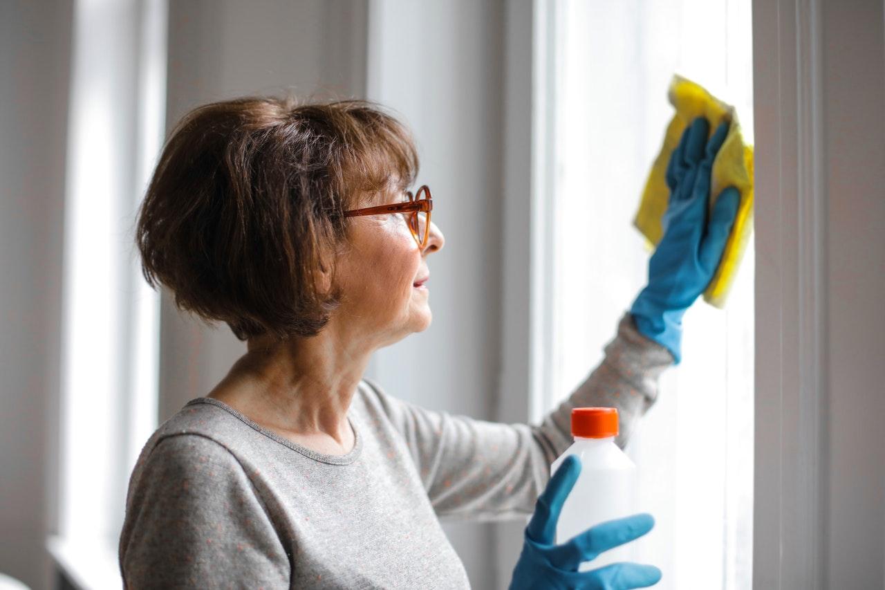 Mit einem Fenstersauger ist das Fenster putzen deutlich einfacher als mit einem Lappen oder anderen Utensilien.