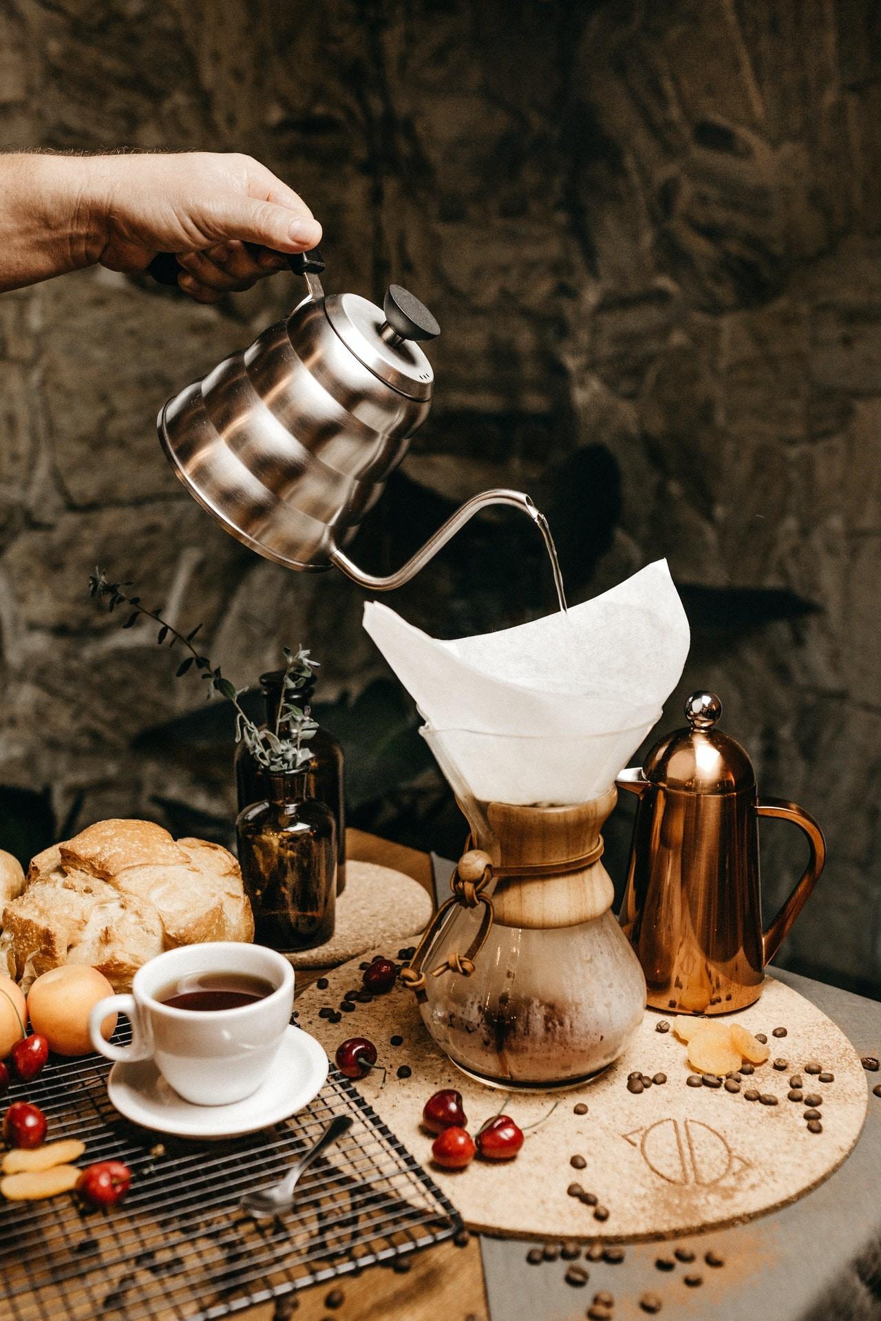 Bei einem Pour Over-Kaffeebereiter wird das heiße Wasser über das Kaffeepulver im Filter gegossen.