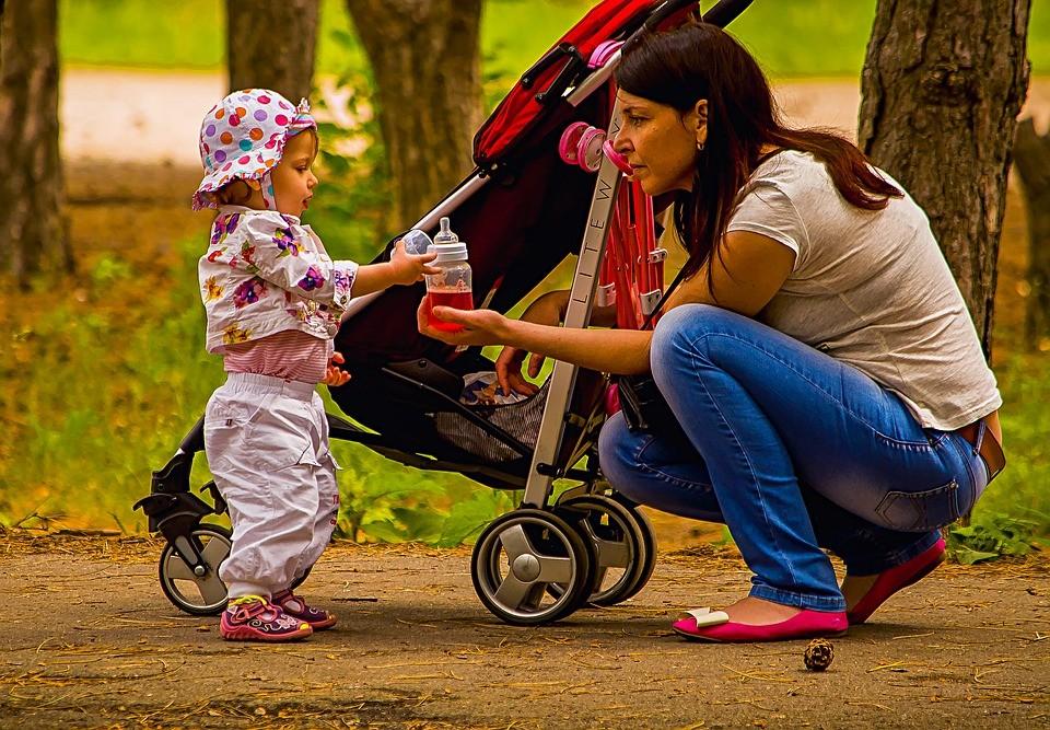 Buggy: mit Mutter und Kind